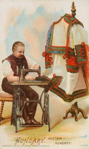 alte Postkarte: Mann sitzt an Nähmaschine und näht