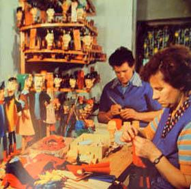 Farbfoto: zwei Handpuppenmacherinnen bei Arbeit