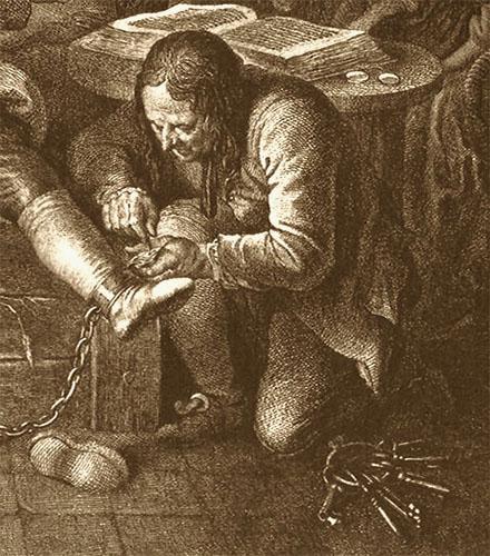 Kupferstich: Kerkermeister kniet zu Füßen von Calas und löst dessen Fußeisen, daneben am Baden sehr großes Schlüsselbund