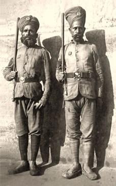 altes s/w Foto: zwei burmesische Gefängniswärter mit Stock