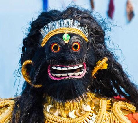 Farbfoto: asiatische schwarze Maske
