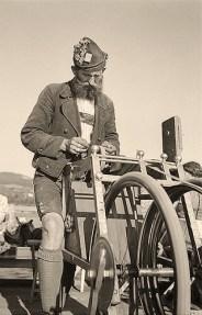 s/w Foto: Scherenschleifer mit Filzkappe und Lederhosen in den Bergen