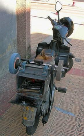 Farbfoto: Moped mit hinterrücks integrierter Schleifvorrichtung