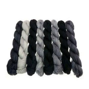 Foto: mehrere gefärbte Wollstränge von grau bis schwarz