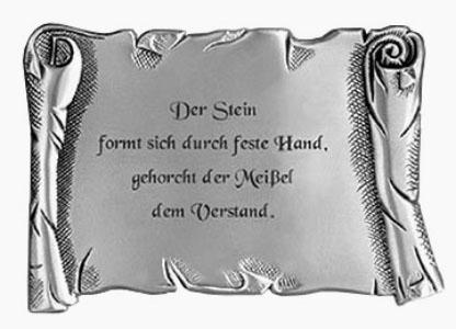 Steinmetzspruch auf Metall: 'Der Stein formt sich durch feste Hand, gehorcht der Meißel dem Verstand.'