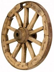 altes Wagenrad aus Holz