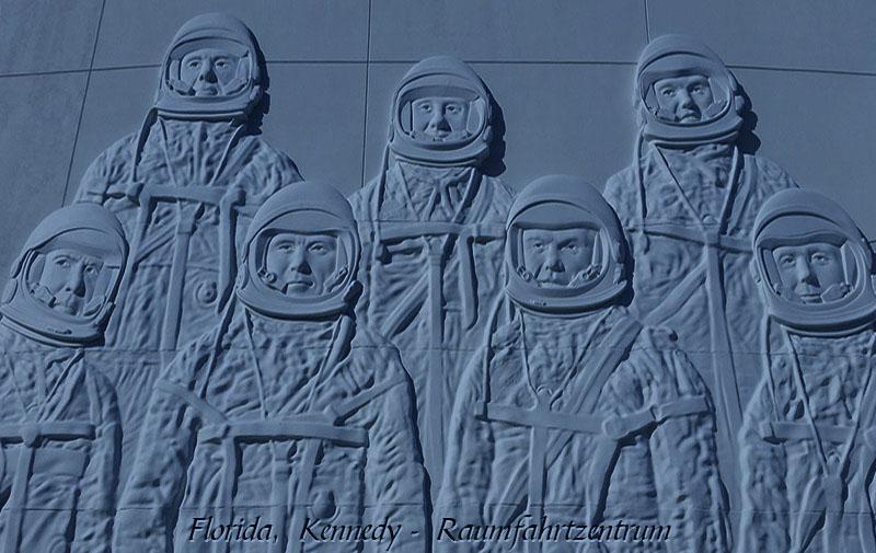 blau getöntes Foto: 7 Astronauten als Relief