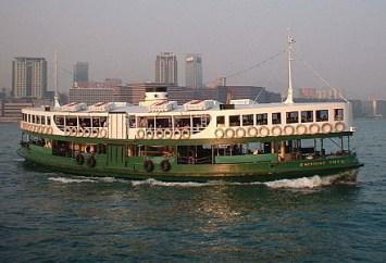 Farbfoto: chinesische Personenfähre 'Star Ferry' nahe Hong Kong