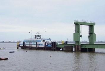 Farbfoto: Weserfähre 'Bremerhaven' am Anleger in Nordenham-Blexen