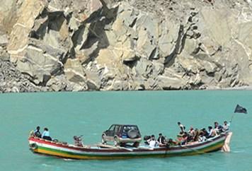 Farbfoto: Fährboot überquert den Fluss Hunza