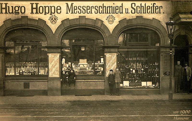 alte Fotopostkarte: Ladenfront der Firma Hugo Hoppe