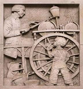 Sandsteinrelief: Kind schaut zu, wie ein Schleifer ein Messer schärft