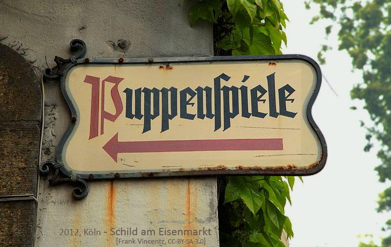 Farbfoto: Schild 'Puppenspiele' am Eisenmarkt in Köln