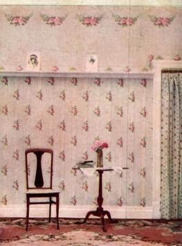 Tisch und Stuhl vor Blumentapete