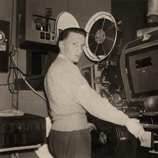 sw Foto: Filmvorführer während Filmveranstaltung im Vorführraum - 1945