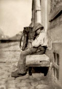 sehr frühes sw Foto: Lumpenjunge sitzt eingeschlafen auf Steinbank neben seinem Rückenkorb - 1850