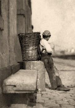 sehr frühes sw Foto: Lumpenjunge ruht sich an Steinblock gelehnt aus - 1851