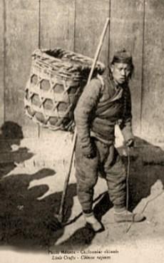 sw Foto: chinesischer Lumpenmann mit Rückenkorb