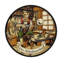 rundes Glasbild: Schuster bei der Arbeit in seiner Werkstatt