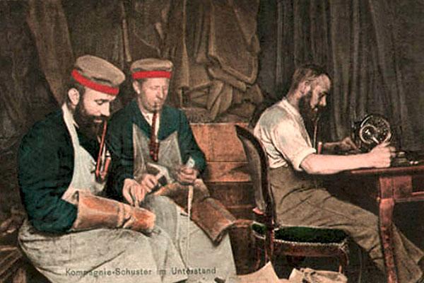 koloriertes Foto: drei Schuster-Soldaten reparieren Stiefel - Frankreich,1944
