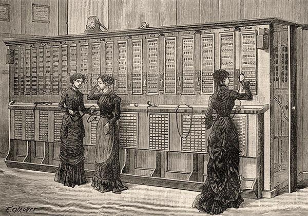 Kupferstich: drei Telefonistinnen arbeiten stehend an Steckpulten