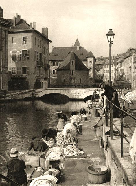 sw Foto: Wäscherinnen am städtischen Kanal