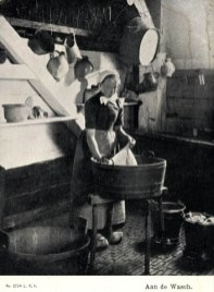 Foto: Wäscherin in der Waschküche am Waschzuber