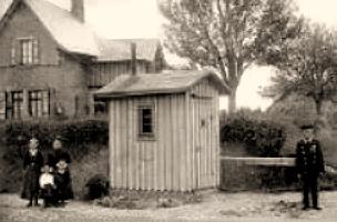 sw-Foto: Bahnwärterfamilie stehend neben Wärterhäuschen