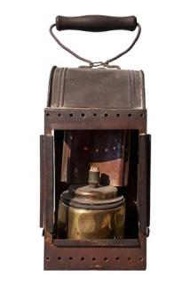 Farbfoto: Karbidlampe mit Holzgriffbügel