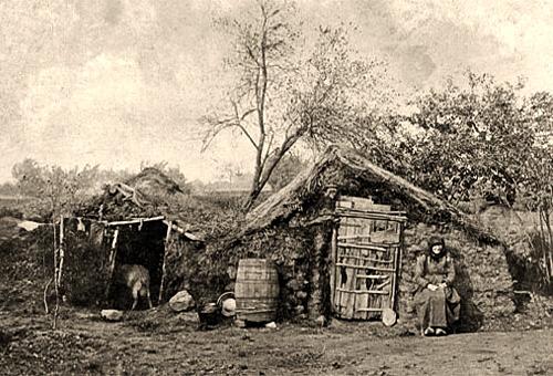 sw Foto: kleine mit Grassoden abgedichtete Wohn- und Stallhütte