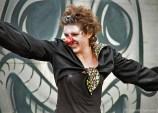 Farbfoto: lustige Clownin