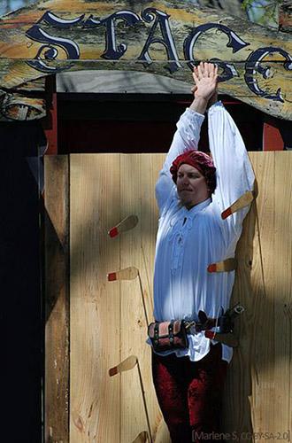 Farbfoto: Target-boy mit hochgestreckten Armen vor Zielbrett - 2008