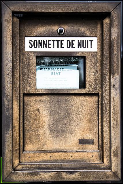 französischer Nachtschalter einer Apotheke