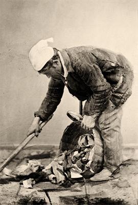 sw-Foto: Lumpenmann sammelt Zeug von der Straße in Korb - 1869