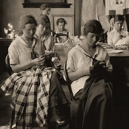 sw Foto: mehrere Frauen bei der Arbeit in Änderungsatelier - 1917