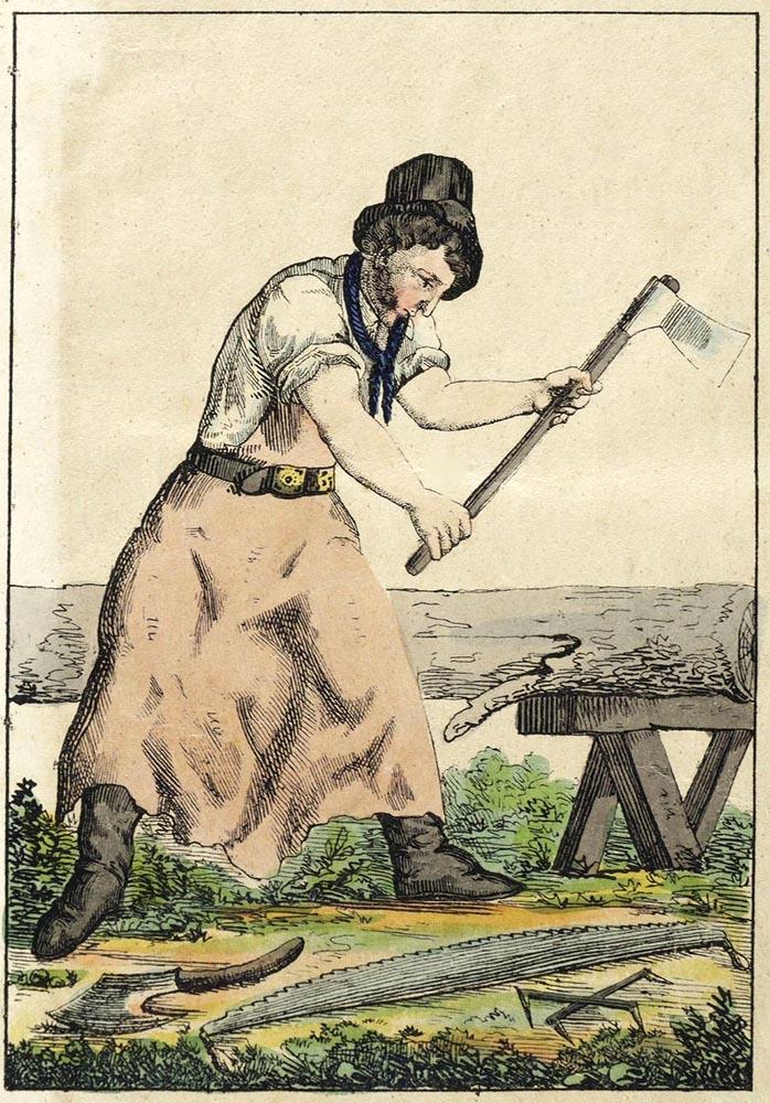 Mann mit Axt bearbeitet einen gefällten Baumstamm