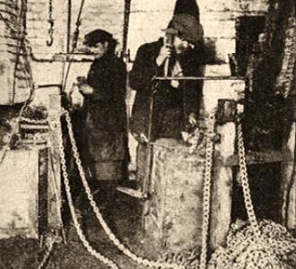 sw Foto: zwei Kettenschmiede bei der Arbeit