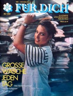 Cover Illustrierte: Frau trägt Wäschestapel auf ihrer Schulter