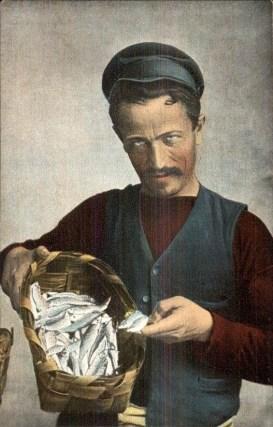 Mann zeigt seinen Fischfang im Korb