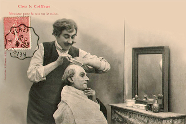 französische sw Postkarte: lustiger Coiffeur mit Zwirbelbart kämmt Kunden das spärliche Haar - 1904