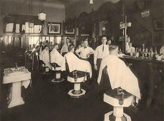 sw Foto: Hotelgäste werden im hauseigenen Herrensalon bedient - 1910
