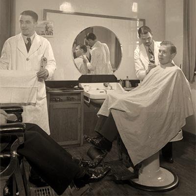 sw Foto: Kunden erhalten einen Haarschnitt im Flughafen Herrensalon - 1944