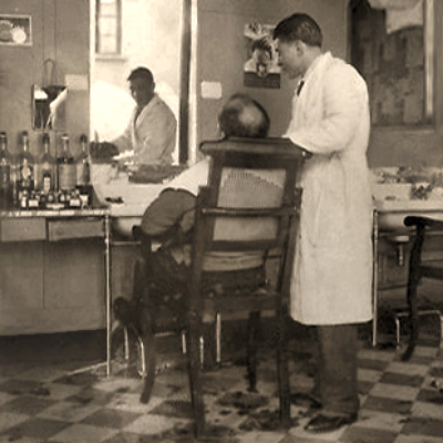 sw Foto: Kunde betrachtet seinen neuen Haarschnitt im Spiegel - 1935
