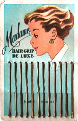 farbig bedrucktes Pappkärtchen mit Haarklemmen