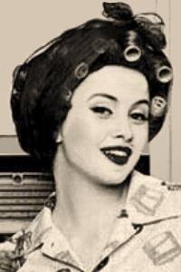 sw Foto: junge Frau mit Haarnetz über Lockenwicklern