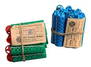 Farbfoto: gelochte Hartplastikwickler plus Gummi mit Plastikkugel - 1965, DDR
