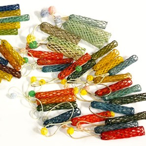 Farbfoto: Wickler aus flexiblem Kunststoffgitter plus Gummi mit Kugel in verschiedenen Farben