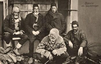 sw Postkarte: Gruppenfoto von fünf bei Gepäck sitzenden Trägern - 1916, Türkei