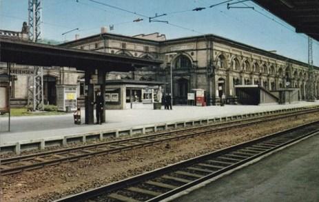 koloriertes Foto: wartende Gepäckträger auf dem Bahnsteig