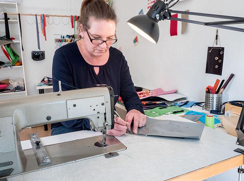 Kerstin Janssen an der Nähmaschine